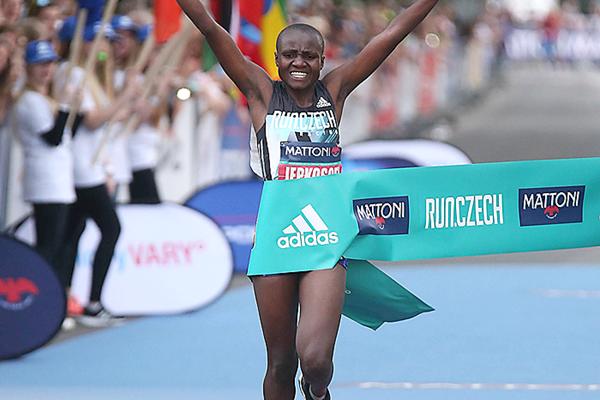Joyciline Jepkosgei consigue el récord del mundo